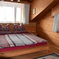 Schlafzimmer mit Zirbenmöbeln